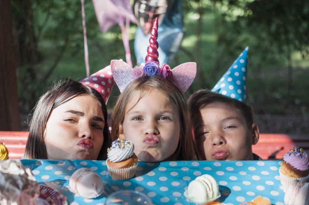 Enfants devant leur gouter d'anniversaire