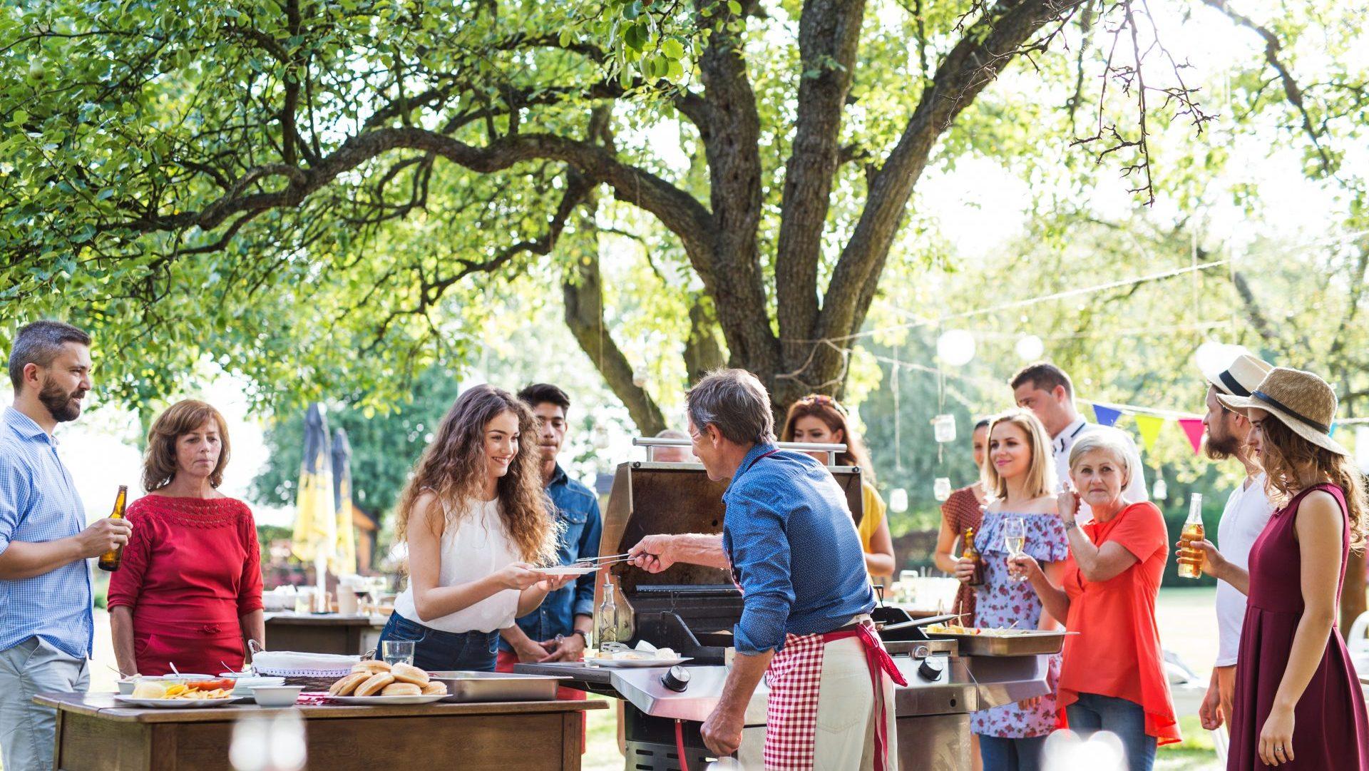 Comité d'entreprise billetterie profitant d'un barbecue dans un parc aventure AccroCamp